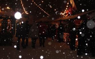 Bei Schneefall auf dem Weihnachtsmarkt