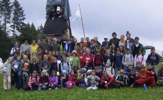 Zeltlager 2006 Gruppenbild mit dem selbstgebautem Turm