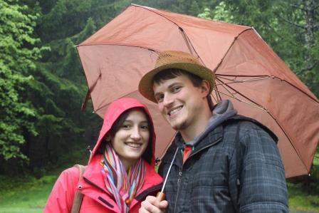 Bei der Besichtigung des Zeltplatzes herscht trotz schlechtem Wetter gute Laune :D