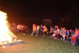 Kinder am Lagerfeuer des Sommertags